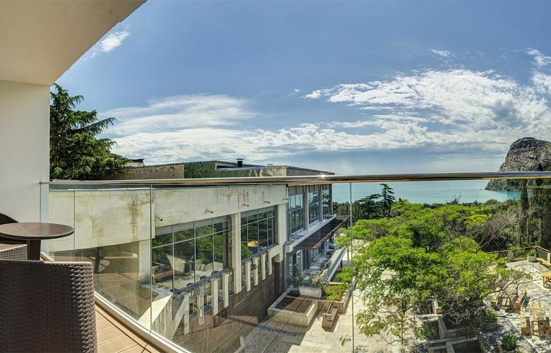 Люкс-с-балконом-и-видом-на-море-8